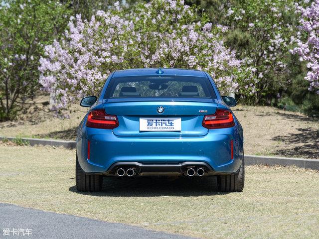 宝马M2:相比M235i,全新M2的宽体设计显然与其性能车的定位更加契合,短小紧致的臀部造型同样富有力量感。