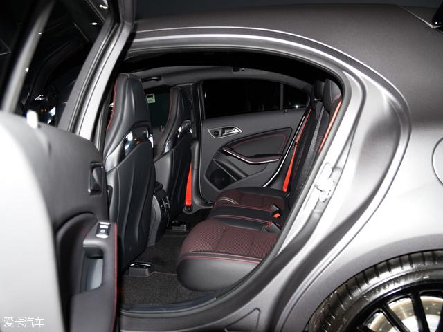 奔驰A45 AMG:后排乘坐空间同样不俗,座垫宽大厚实,长时间乘坐不会给乘客带来不适。此外,红色的缝线几乎遍布整个后排,让你即使只是安静地坐在后排,也能感受到该车浓浓的运动气息。