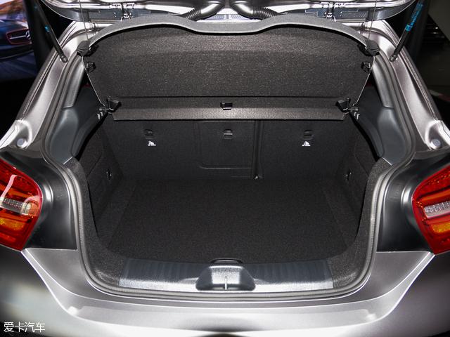 奔驰A45 AMG:常规状态下,奔驰A45 AMG的行李厢容积为341L,且该车还支持后排座椅按比例放倒功能,放倒后储物空间将会得到大幅提升。