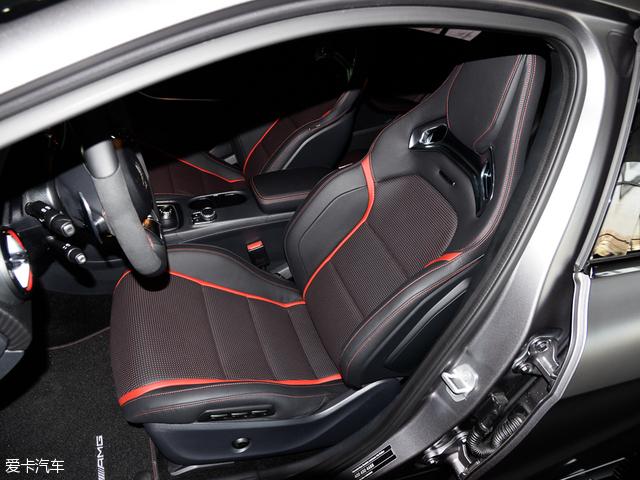 奔驰A45 AMG:前排空间充足,搭载的AMG高性能座椅,不仅在视觉效果方面非常出色,而且在激烈驾驶的情况下,也能对身体提供非常不错的侧向支撑能力与包裹性。