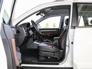 2018款经典版 2.0T 手动四驱精英型 汽油 前排空间