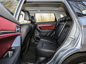 2018款红标 1.5T自动两驱超豪型 后排空间