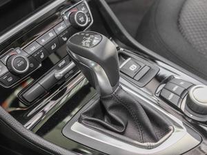 2016款218i 领先型 变速挡杆