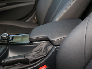 2017款320Li xDrive 时尚型 前排中央扶手