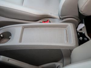 2017款2.0T 自动商务舱版 前排中央扶手