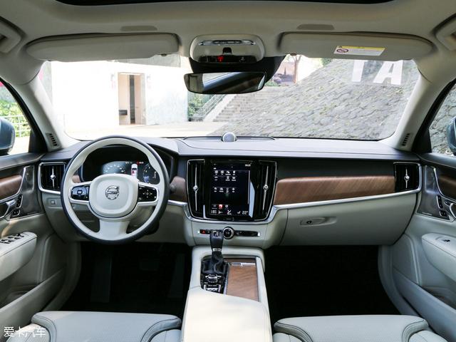 全新S90长轴距版在内饰用料与进口版本的车型并无区别,不过不同配置车型采用了不同的材质。最低配的T4智逸版采用铝金属装饰条,而T4/T5智远版则采用了深色火焰纹桦木装饰条,高配车型T5智尊版和次高配车型T5智雅版则采用了直纹胡桃木的装饰条。