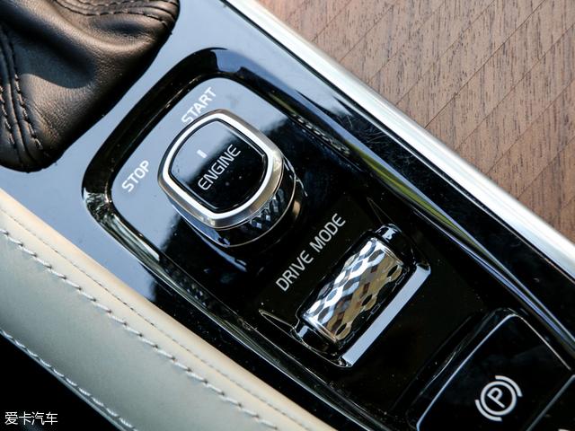 自动驾驶是未来汽车发展的趋势,沃尔沃在这方面也毫不落后,全新S90长轴距版轿车全系标配第二代自动驾驶辅助功能(Pilot Assist II),车辆可以自动识别交通标志和道路标线,平顺地完成自动提速、减速以及沿道路标线转向,工作范围介于0-130km/h之间。