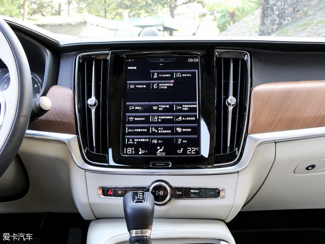 沃尔沃全新S90搭载的Sensus智能车载交互系统(标配)和Pilot Assist高度自动驾驶技术也被国产车型继承,另外还有无钥匙进入、自动泊车、Nappa真皮座椅、电动座椅、前后排座椅加热、全景天窗、后排手动遮阳帘以及四区空调等高端配置。