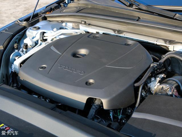 而沃尔沃全新S90长轴距版T8三座荣誉版动力系统与XC90的T8一致,搭载一套插电式混合动力,但进行了升级,官方公布0-100km/h的加速时间为5.3秒(XC90 T8车型为5.6秒),纯电动模式下,新车的续航里程为50km(XC90 T8车型为41km)。T8车型将于2017年上半年上市。