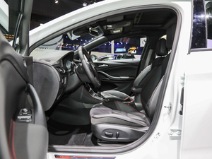 2019款两厢GS 20T 双离合豪华型 前排空间
