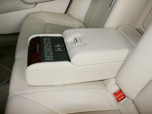 2010款3.0L 豪华版 后排中央扶手
