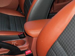 2015款改款 1.5L 手动舒适型 前排中央扶手