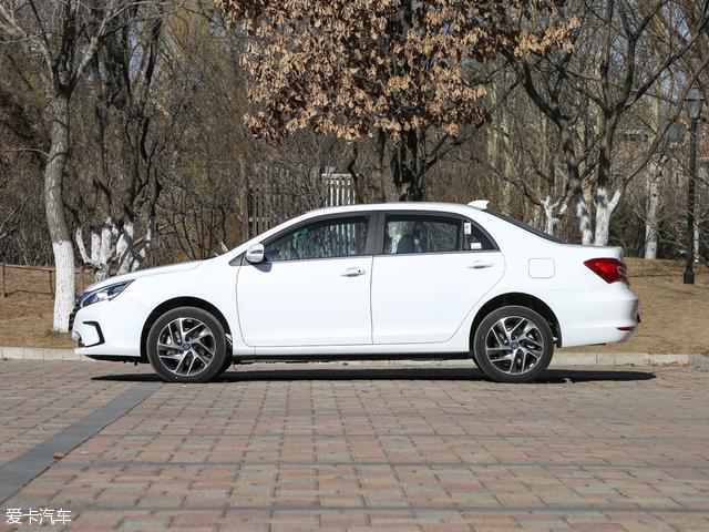 不过比亚迪秦100的车身尺寸并没有变化,长宽高为4740/1770/1480mm,典型的紧凑型轿车。