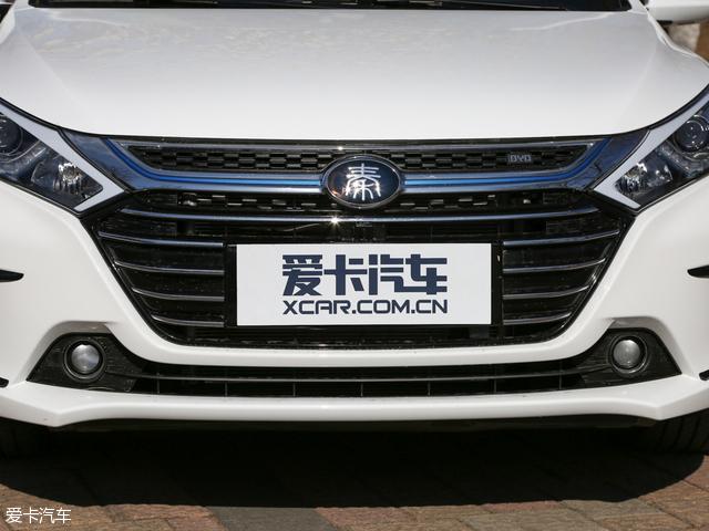 """车头的部分,比亚迪秦100采用了全新设计的多幅式格栅,更换了""""秦""""字标,看起来更加精致。"""