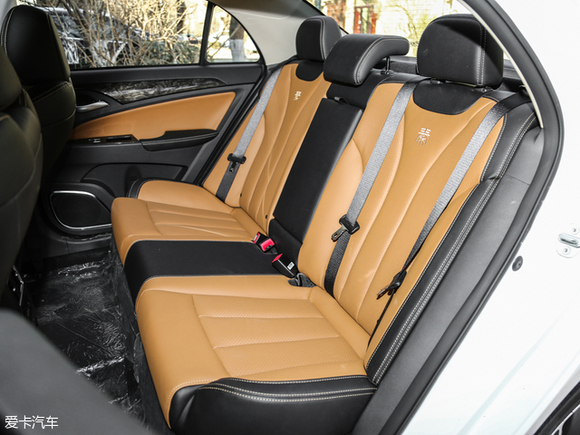 比亚迪秦100的电池位置由原来的后排座椅后面换到了驾驶舱下面,所以后排座椅地板会有凸起。