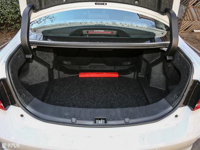 不过这样做的好处是增加了行李厢的空间,比亚迪秦100的行李厢有450L,即便是大件物品也可以轻松放下。