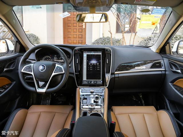 内饰设计上,凸显科技性,大面积的触控屏成为了现在许多车型的标配。