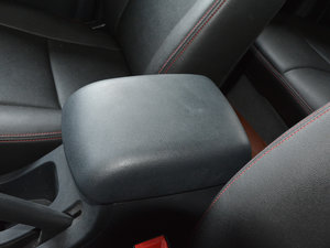 2017款1.9T 柴油手动两驱进取大双版 前排中央扶手
