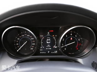 A6L的内饰延续了奥迪一直以来的科技感,整体内饰采用环抱式的造型设计,中控区倾向驾驶者一侧,使人更加容易亲近。科技感十足的悬浮液晶屏幕,如约出现在中控台上方。