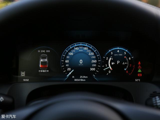 部分车型装配有提供3D导航地图的12.3英寸虚拟仪表盘以及采用InControl信息娱乐系统的10.2英寸中控触摸屏,该系统不仅自带Wi-Fi热点,并可为最多8台设备提供网络连接,所配备的固态硬盘可提供10GB的超大媒体存储空间。