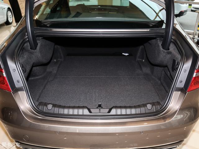 XFL的行李厢常规容积达到了540L,表现较为突出,但由于轮拱侵占了部分空间,所以行李厢的宽度有限。