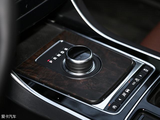 XFL全系采用8挡手自一体自动变速箱,电子挡把显得既简约又富有科技感。
