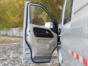 2018款1.5L 手动基本型平顶背掀门厢货 驾驶位车门