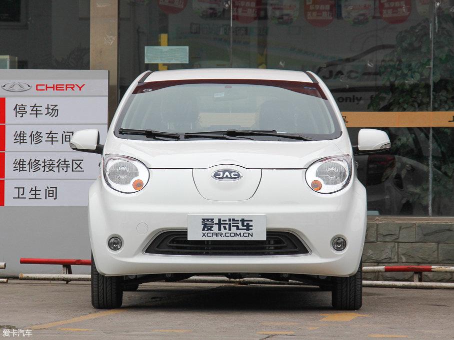 """可爱、萌、一般都是这类微型电动汽车的设计理念,iEV6E同样不例外。前脸的设计没有采用iEV惯用的大嘴造型,而是使用了全封闭的进气格栅,和大灯搭配更像是一个""""大眼萌妹""""。"""