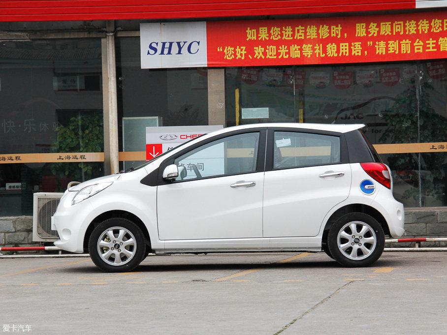 江淮iEV6E是一款4门的微型电动汽车,长宽高分别为3630mm/1670mm/1475mm,轴距则是2390mm。