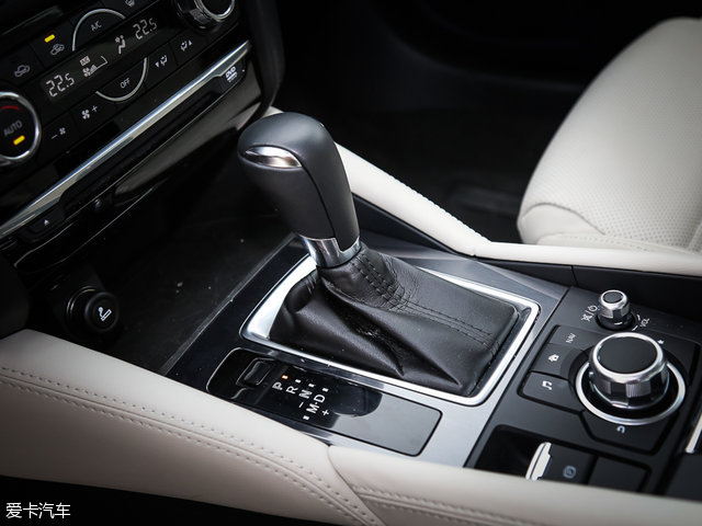 与发动机匹配的是一台换挡表现不错的6挡手自一体变速箱,并且挡把的手感上乘。