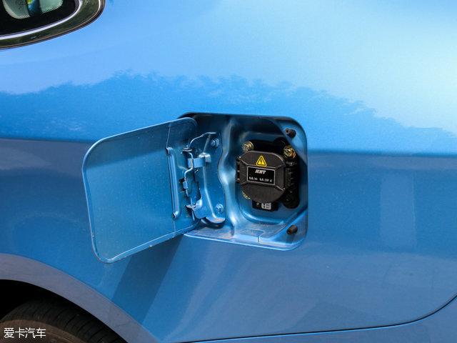 艾瑞泽7e的充电口位于车身左侧,与右侧的油箱盖对称。