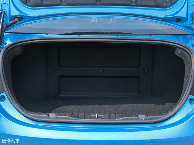 行李厢的空间由于受到电池组的挤压,容积仅278L。因为有电池阻隔,后排座椅能不能放倒,意义不大。