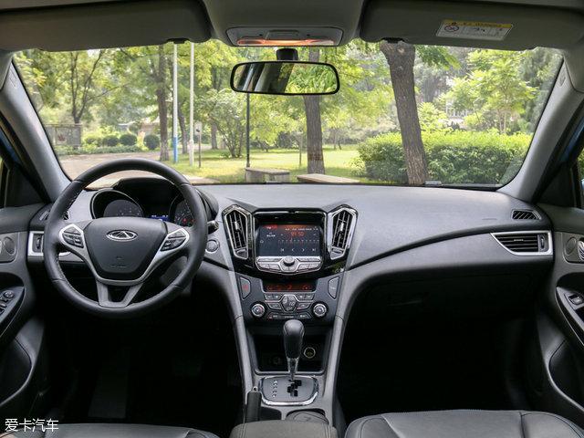 来到车内,艾瑞泽7e的设计并没有廉价的感觉,这一点很难得。深色的配色和材质的处理,都提升了内部的质感。