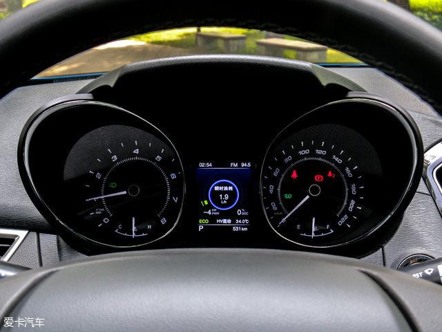 仪表盘中央配备了一块彩色行车电脑显示屏,可以看到当前的电量、动力输出以及其他一些较为常规的车辆信息。顶配致尊版车型则配备了全液晶仪表盘。
