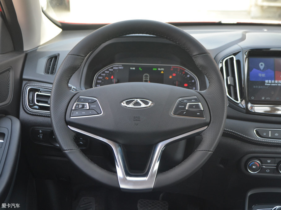 三辐式的多功能方向盘,握感出色,两侧的多功能键位设计合理,提供行车电脑设置、定速巡航、蓝牙电话和语音控制系统等多项快捷功能。