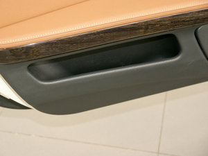 2011款335i 敞篷轿跑车 车门储物空间