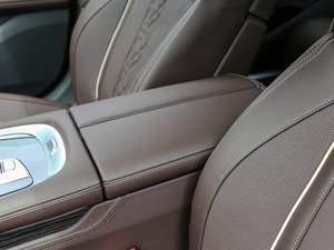 2018款740Li 领先型 M运动套装 前排中央扶手