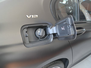 2018款M760Li xDrive 油箱盖打开