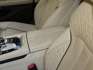 2018款M760Li xDrive 前排中央扶手