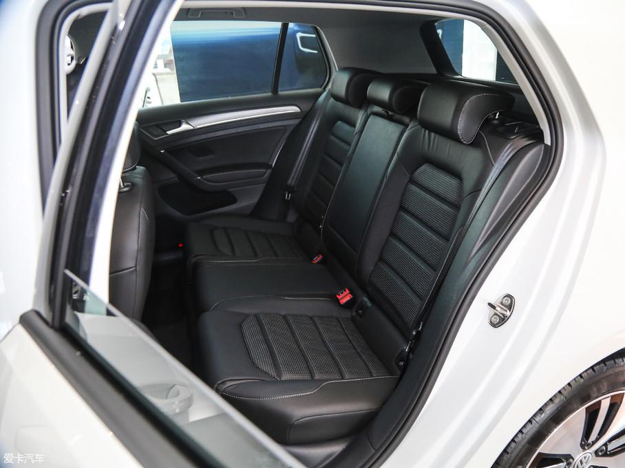 后排有着与前排同样优秀的乘坐体验,并且拥有着宽大且柔软的椅垫。
