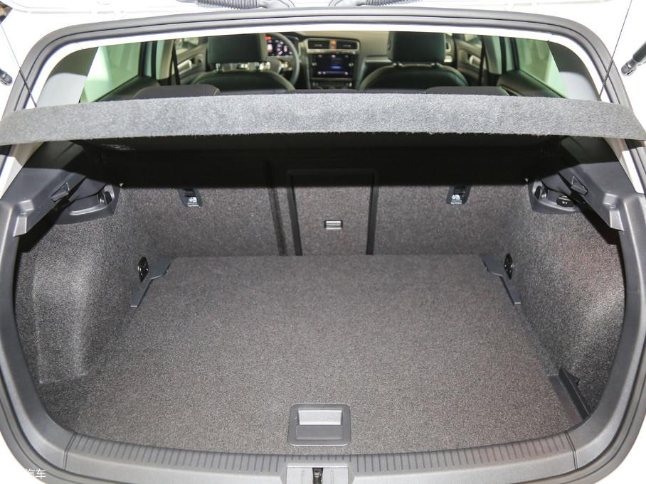 常规状态下,e-Golf的行李厢容积为341L,后排座椅支持比例放倒,最大可扩展至1231L。