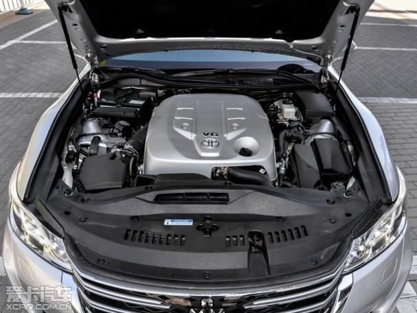 一汽丰田2015款皇冠发动机舱