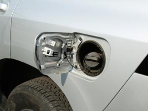 2018款3.5L 自动VX-NAVI 后挂备胎 油箱盖打开