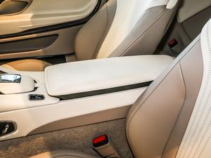 2017款5.2T V12 前排中央扶手