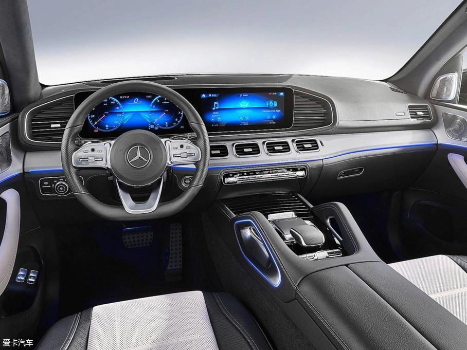 内饰更是翻天覆地的变化,原来略显老气的中控被双12.3英寸液晶显示屏取代,这也是自全新S级就开始的造型手法,看来奔驰要将它贯彻到全系车型上。