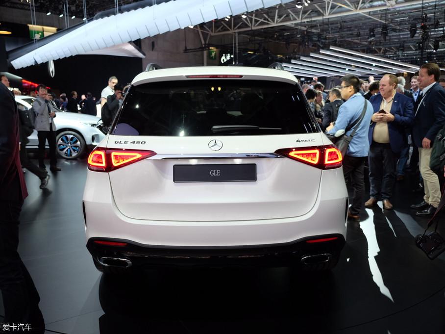 车尾造型最显著的变化是尾灯。尾灯的纵向尺寸更小,并采用大斜角分体式设计,在尾部所占面积更小,因此车尾在视觉上给人更加厚重安全的感觉。这种设计虽然显得更加年轻运动,但削弱了豪华大气感。