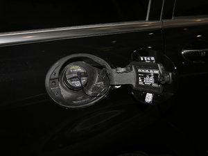 2017款R 400 4MATIC 臻藏版 油箱盖打开