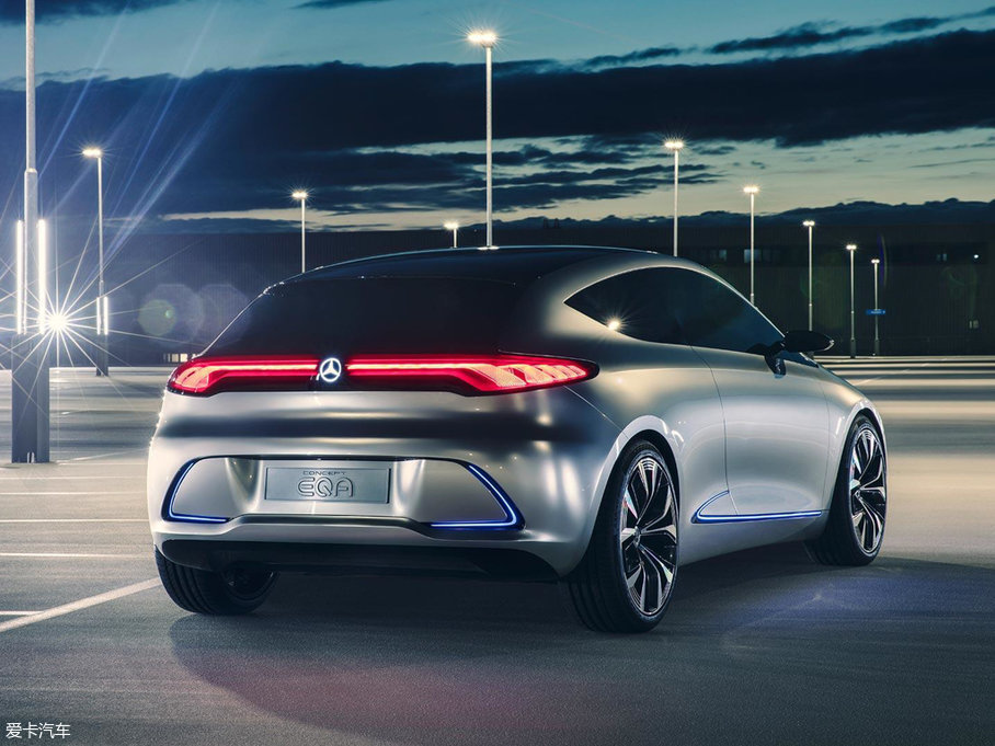 EQA概念车基于奔驰全新的纯电动车平台打造,动力总成方面采用前置电动机+前轮驱动布局,电动机最大功率150kW(204Ps)。它的电池容量为60kWh,续航里程可达400km。