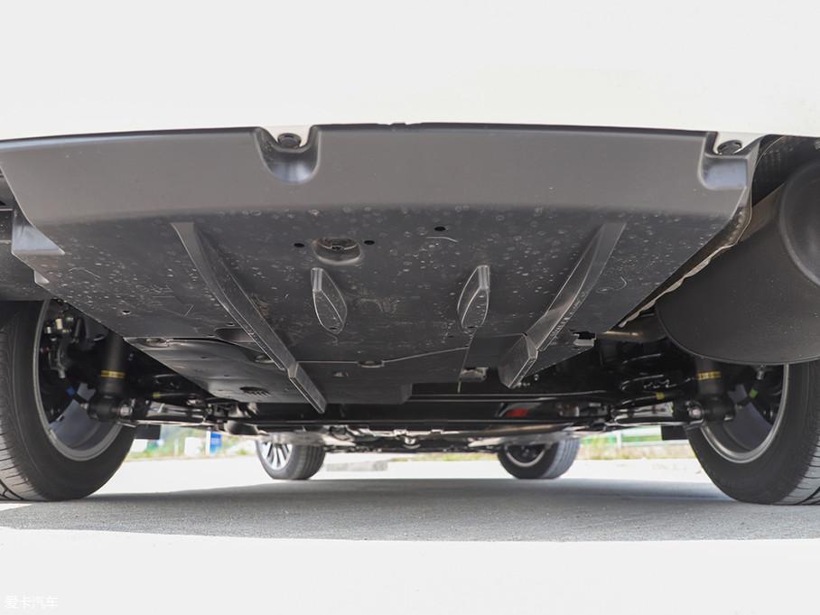 底盘采用了前麦弗逊独立悬挂,后扭力梁非独立悬挂。相比普通版双擎,前减震回弹力增加了5%,后减震回弹力增加了20%。同时升级了16寸刹车器,优化了刹车脚感。