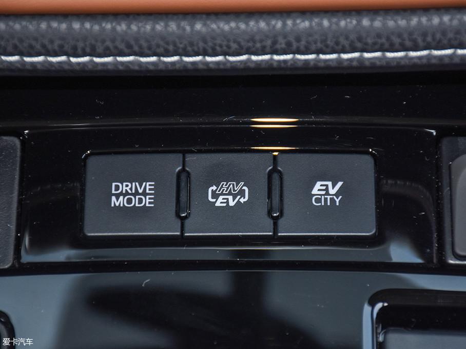 卡罗拉双擎E+的DRIVE MODE是针对汽油发动机的,对电动机没有任何影响,分为POWER和ECO模式,这个比较好理解;中间的按钮是HV-EV,HV是混动模式,EV是纯电动模式;EV CITY这个按键提供两种模式,分别是EV CITY和EV MODE。